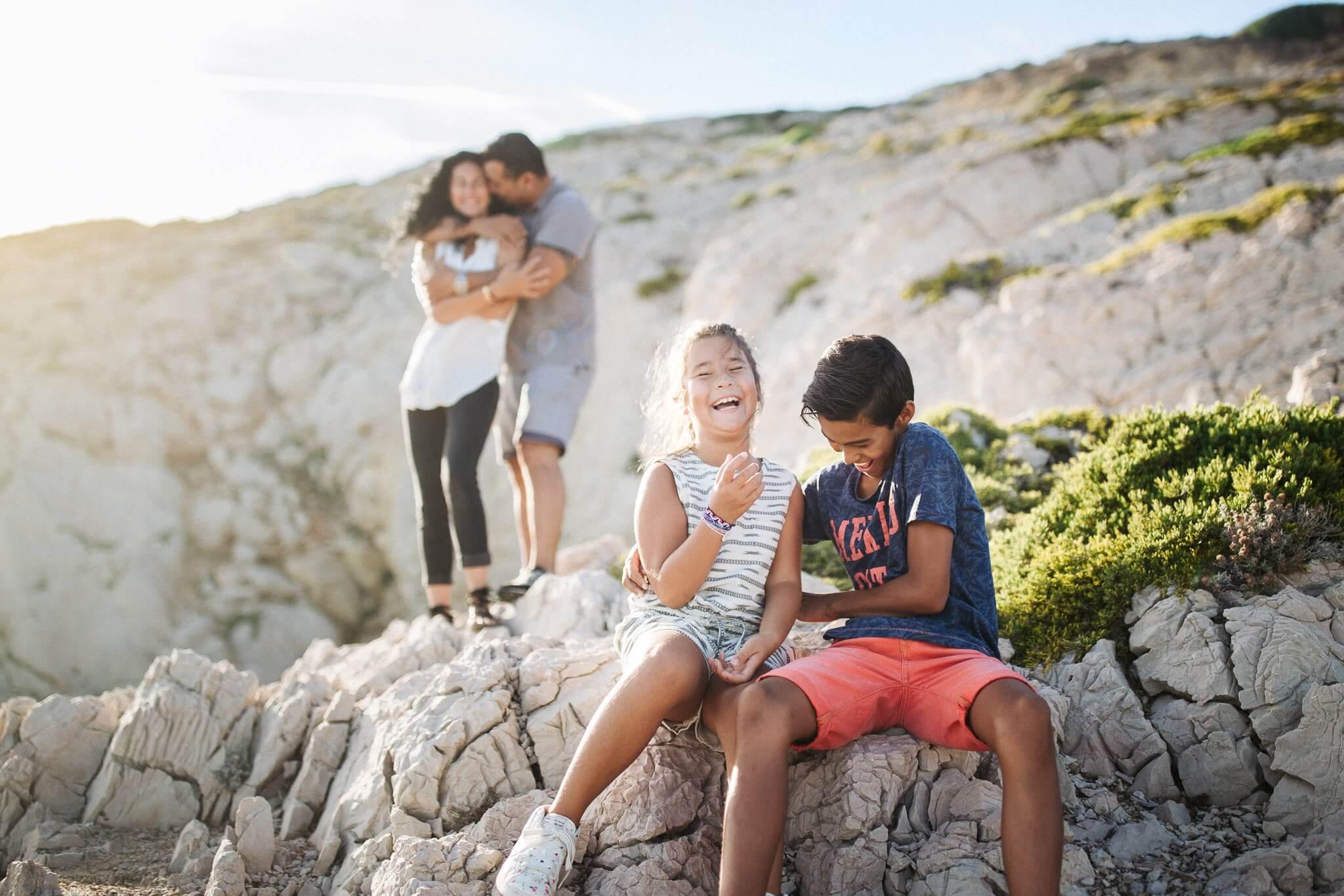 comment-photographier-une-seance-photo-famille-enfant-complicite-exterieur-lifestyle-jeux