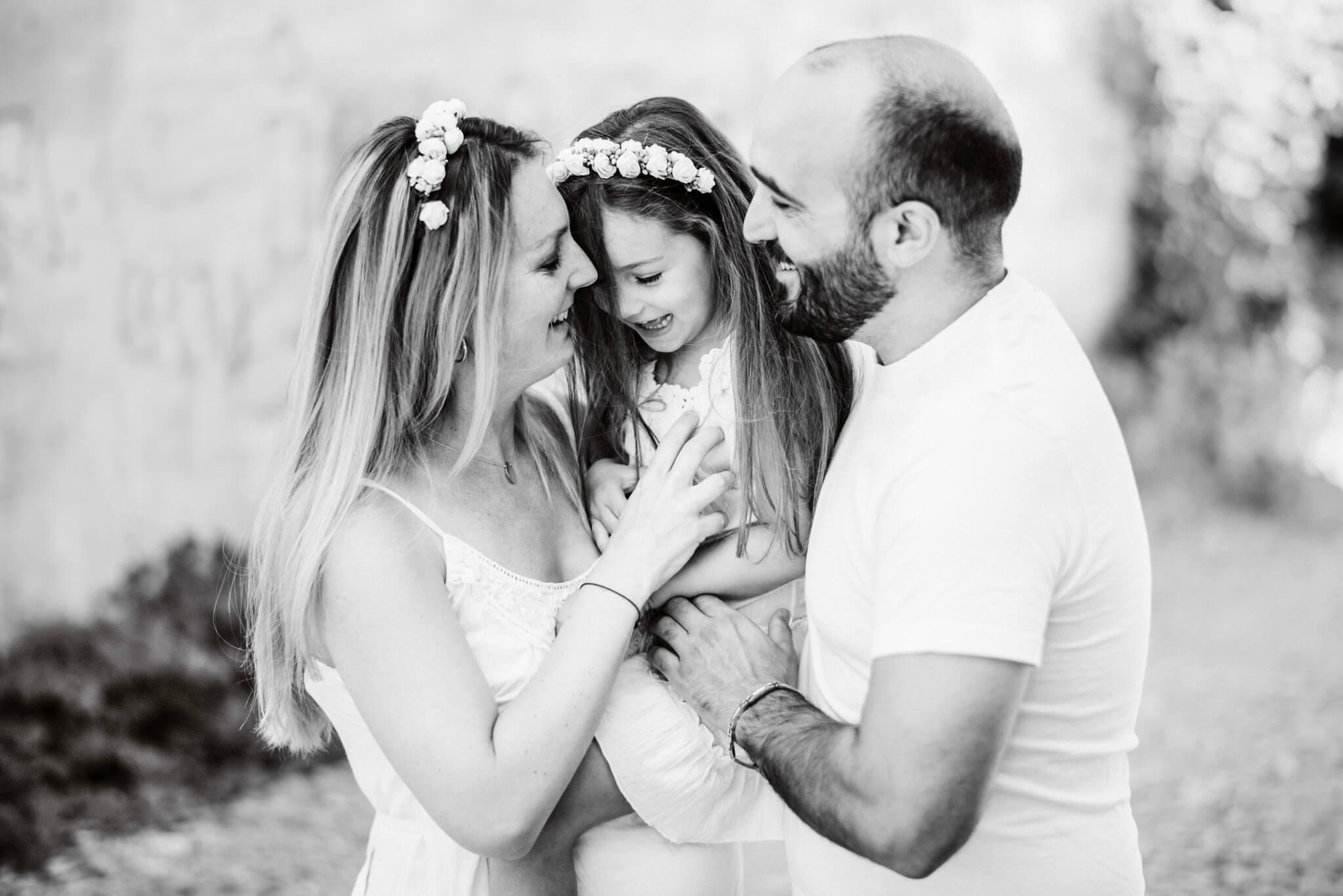 comment-photographier-une-seance-photo-famille-lifestyle-noir-blanc-couronne-fleurs-amour-naturelle