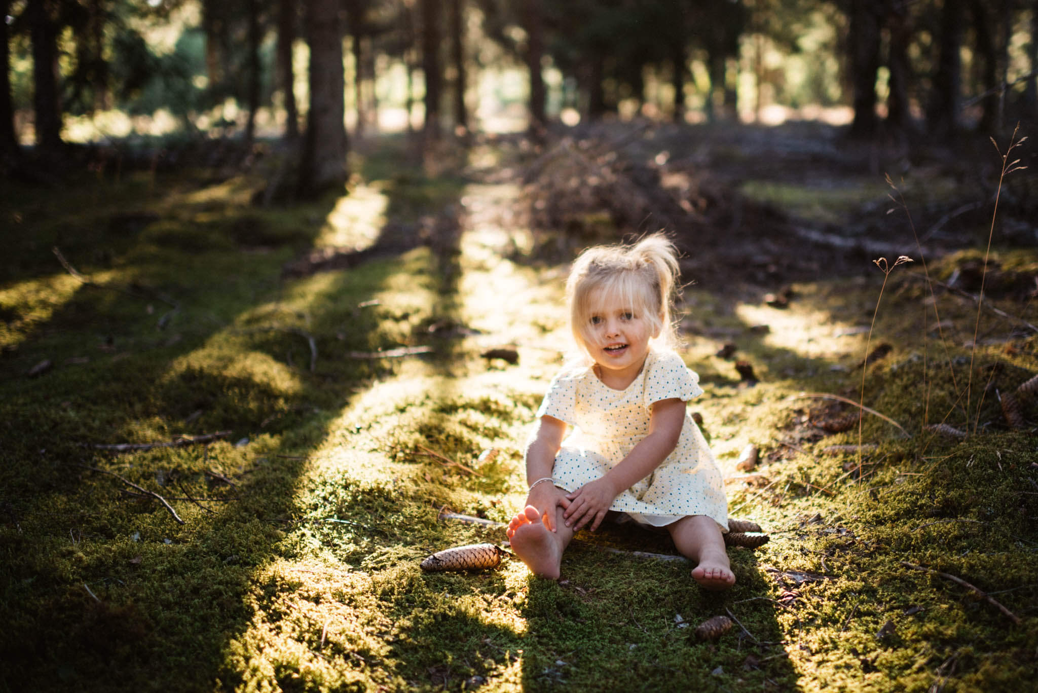 comment-photographier-une-seance-photo-famille-portrait-enfant-foret-lumiere-golden-hour
