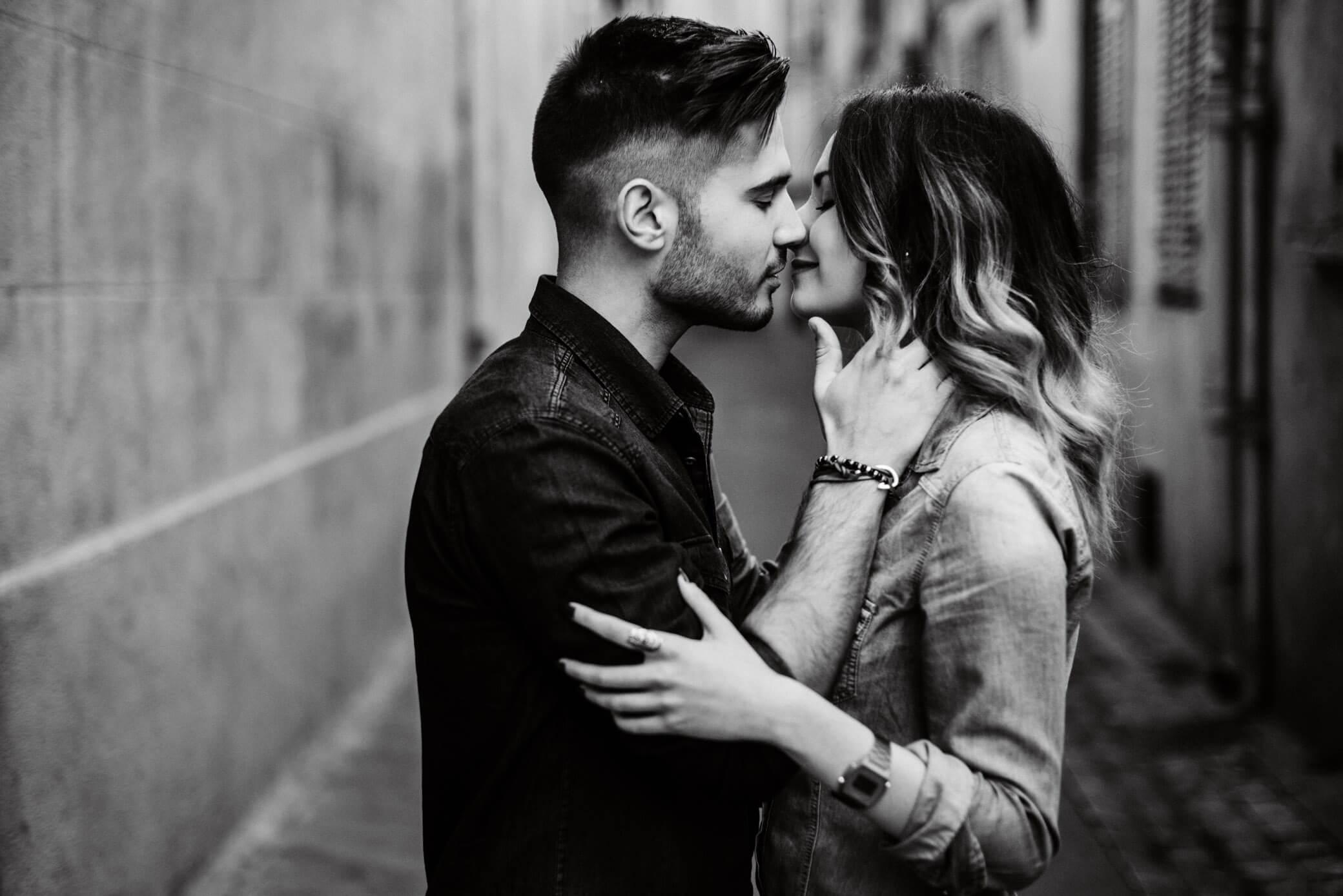 comment-reussir-vos-photos-de-couple-baiser-sensuel