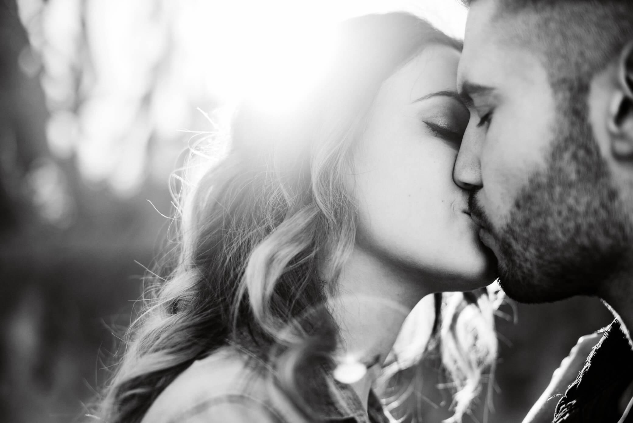 comment-reussir-vos-photos-de-couple-contre-jour-baiser-noir-blanc