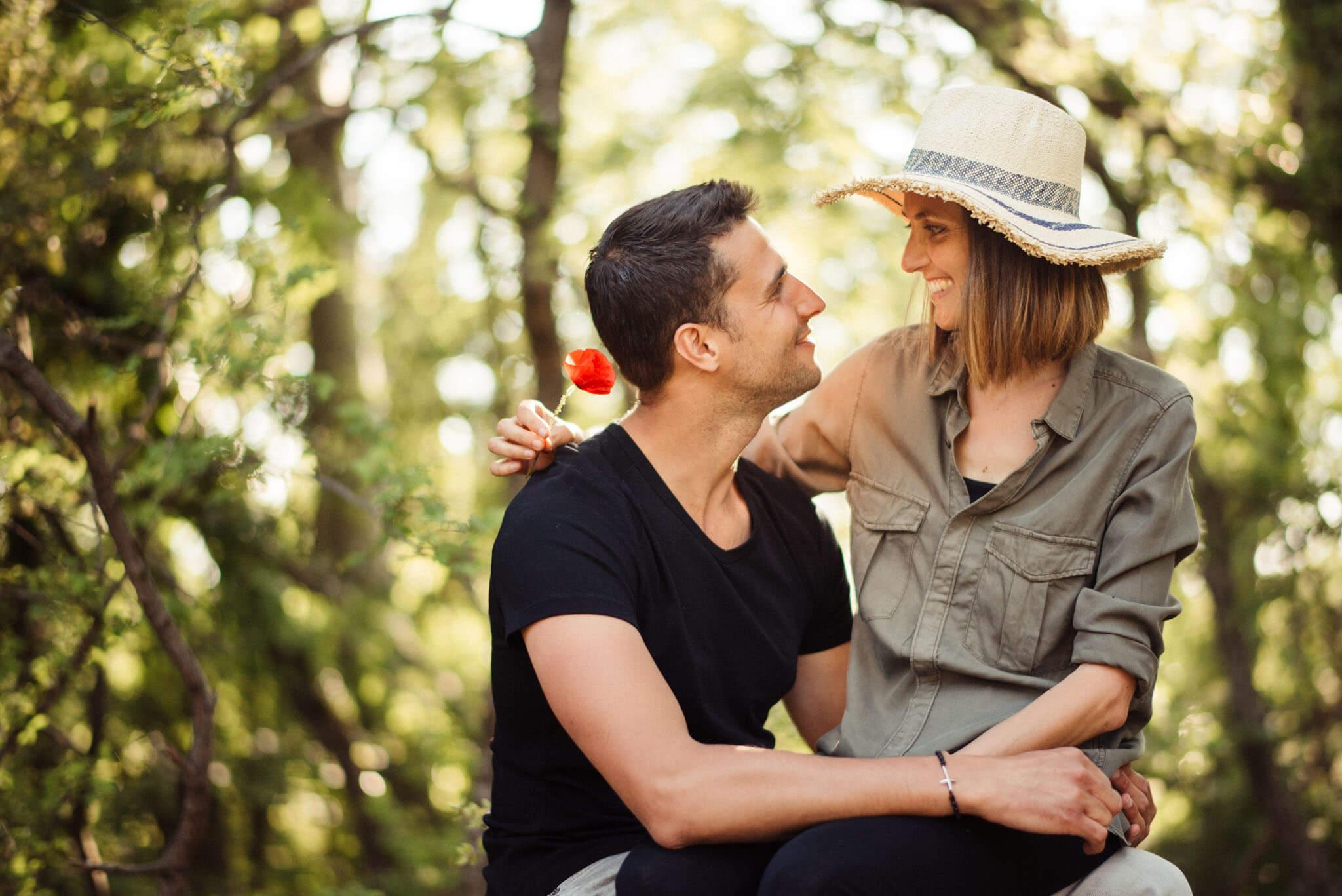 comment-reussir-vos-photos-de-couple-prendre-le-temps-assis-amoureux