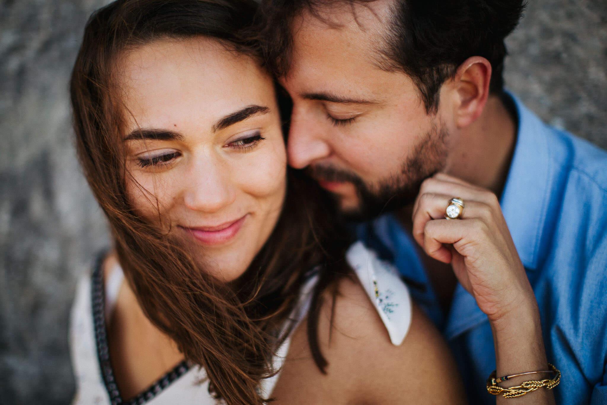 faire-poser-un-couple-et-obtenir-des-photos-tres-naturelles-011